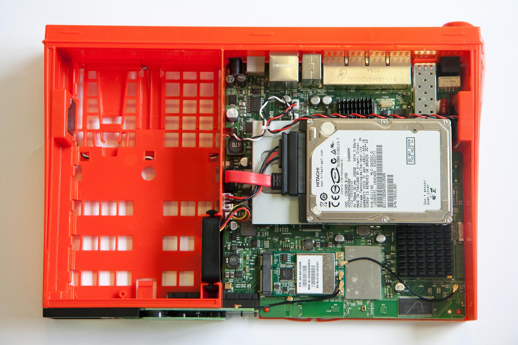 Les entrailles du freebox server - Port usb freebox revolution ...