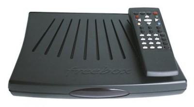 """La Freebox v3/v4, surnommée """"coquille Saint-Jacques"""" en raison de son apparence (2004)"""