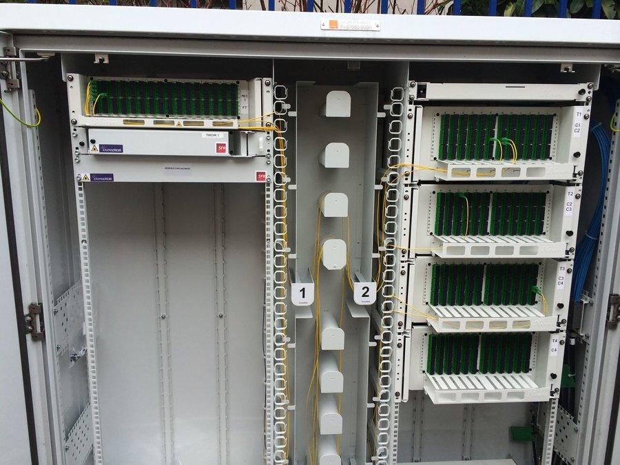 Une armoire de rue (PMZ) Orange avec, à gauche, des emplacements libres pour les opérateurs alternatifs — © lafibre.info