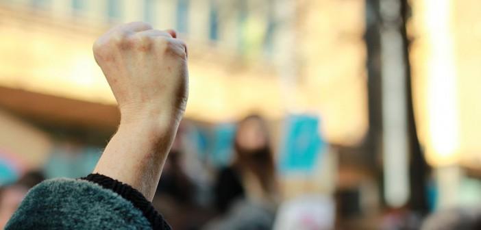 Grève manifestation protestation poing levé