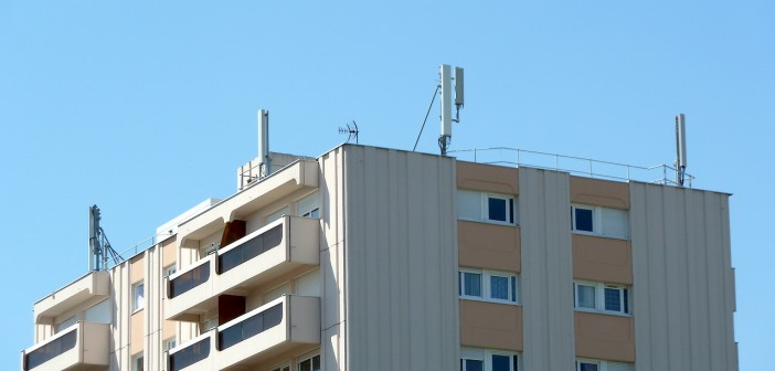 Antenne relais station Free Mobile toit immeuble