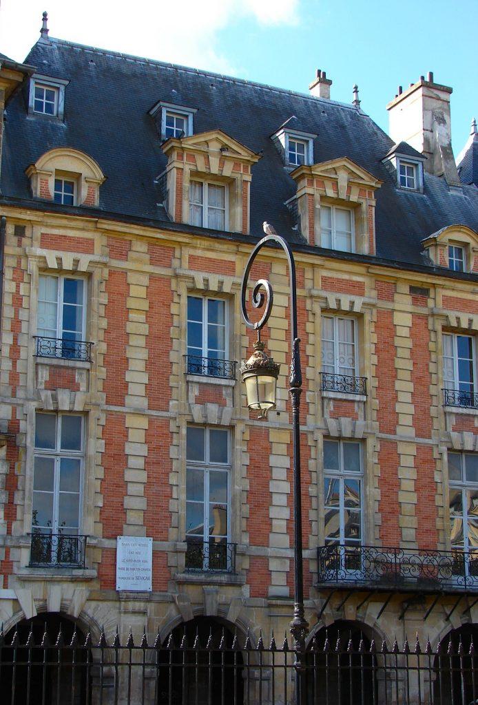 Façade de l'hôtel Coulanges, vue place des Vosges (Photo : Bruno befreetv, sous licence CC BY-SA 3.0)