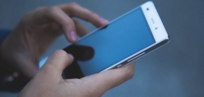 personne-utilisant-un-mobile