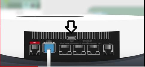 Branchement du port d'alimentation du boîtier server freebox pop